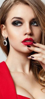 Maquillaje para la noche con vestido rojo