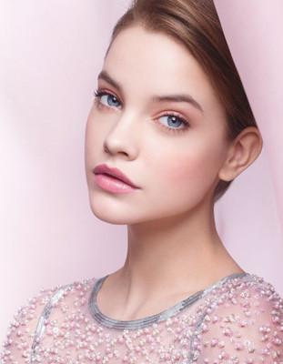 Maquillaje de noche para un vestido rosa palo